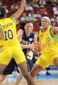 图文:女篮小组赛韩国胜巴西 两人夹防