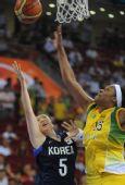 图文:女篮小组赛韩国胜巴西 韩国队努力上篮
