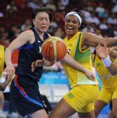 图文:女篮小组赛韩国胜巴西 双方拼抢激烈