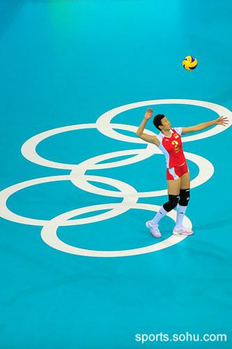 图文:中国女排横扫委内瑞拉 队长冯坤发球一瞬