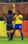 图文:[女足]巴西VS朝鲜 玛塔吃到黄牌