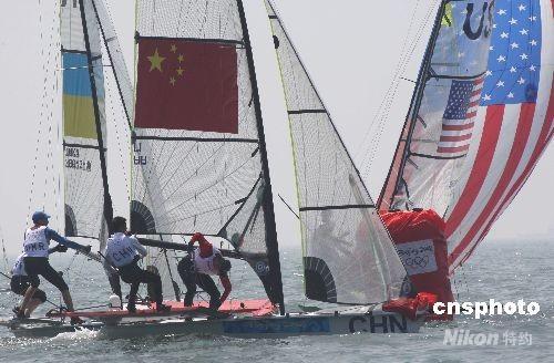 北京2008奥运帆船比赛8月9日在青岛拉开帷幕,来自26个国家和地区的400多名运动员参加11个项目的角逐,在首日进行的49人级比赛中,中国选手发挥正常,与外国强队展开激烈竞争。 中新社发 赵振清 摄