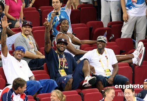 """8月9日晚,雅典奥运会冠军美国女篮在北京奥运会篮球馆——五棵松体育馆开始卫冕之旅,美国总统布什一家悄悄来临,坐在奥林匹克大家庭普通看台上观看比赛。同时前来为美国女队助威的美国男篮""""梦八队""""的超级球星:詹姆斯、韦德、霍华德、安东尼等,向布什总统致敬。 中新社发 任晨鸣 摄"""