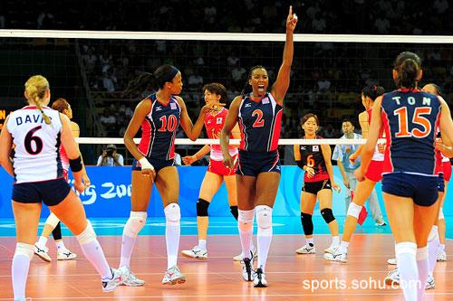 图文:美国女排3-1胜日本女排 美国队庆祝得分