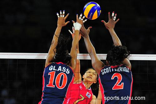图文:美国女排3-1胜日本女排 双方网前比高低