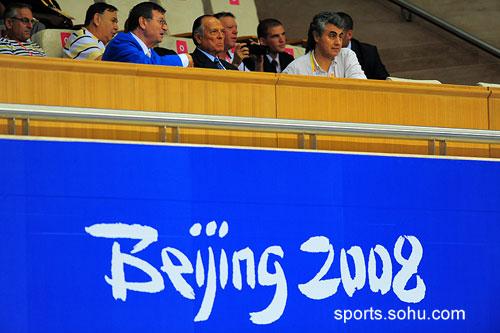 图文:国际排联主席现场观众比赛