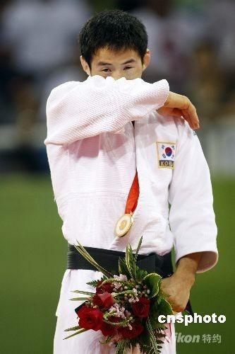 8月9日,在北京科技大学体育馆进行的男子柔道60公斤级决赛中,韩国选手崔敏浩夺得冠军。 中新社发 盛佳鹏 摄