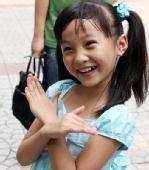 图文:北京奥运开幕式 可爱女孩林妙可天真笑容