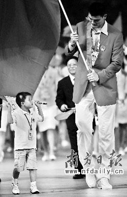 小个儿和大个儿姚明在一起特别有意思。