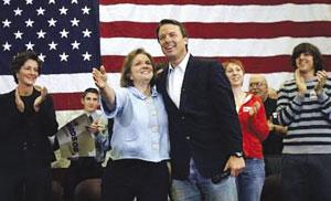 爱德华兹和妻子伊丽莎白在竞选总统集会上的资料图片。