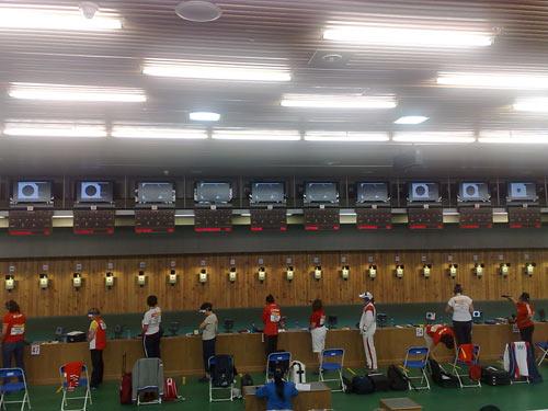 女子10米气手枪预赛 选手聚精会神比赛中