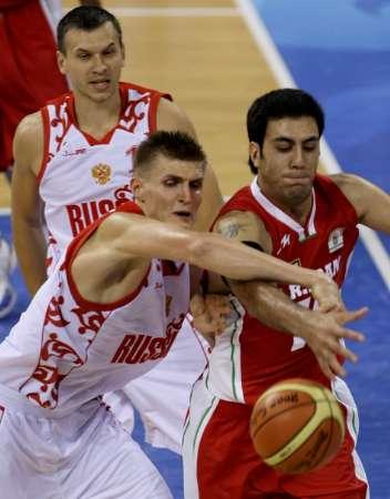 图文:奥运男篮俄罗斯VS伊朗 AK47积极的抢球