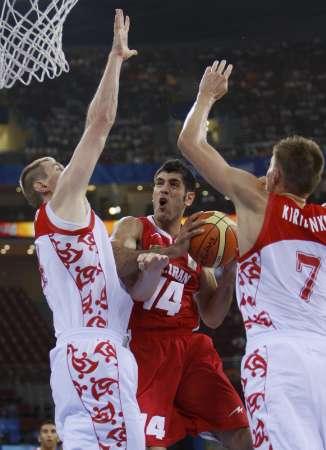 图文:奥运男篮俄罗斯VS伊朗 双人包夹伊朗队员