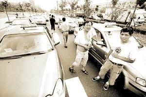 杭州九环路上等待检修的出租车排起了长龙。
