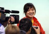 图文:女子10米气手枪郭文�B夺冠 笑对记者镜头