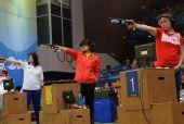 图文:女子10米气手枪郭文�B夺冠 在比赛中