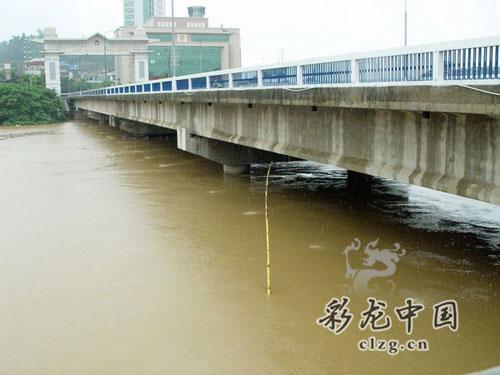 洪水几乎将桥墩淹没 边防供图