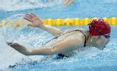 图文:女子100米蝶泳半决赛 周雅菲翻腾侧影
