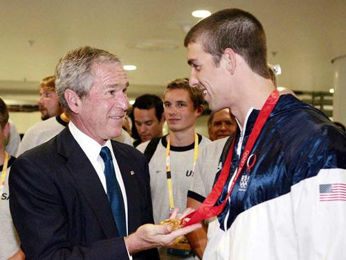 图文:布什父子助阵美国军团 布什问候菲尔普斯