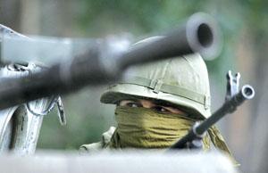 ▲9日,一名手持机枪的俄罗斯士兵在南奥塞梯