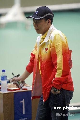 8月9日,北京奥运会射击比赛男子10米气手枪决赛在北京射击馆结束,中国队22岁河北小将庞伟获得冠军。帮助中国射击队赢得了本届奥运会的首枚金牌,同时这也是中国代表团收获的第二枚金牌。图为庞伟在比赛中。 中新社发 盛佳鹏 摄