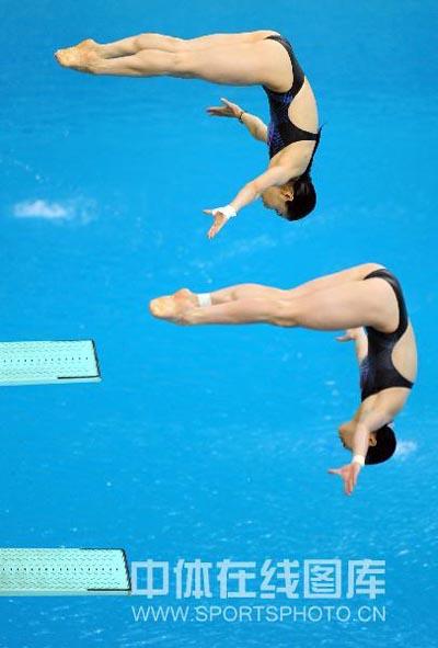 图文:女子双人三米板郭/吴卫冕 准备入水