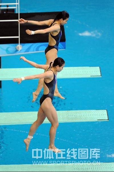 图文:女子双人三米板郭/吴卫冕 准备起跳
