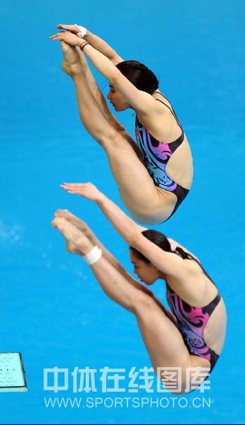 图文:女子双人三米板郭/吴卫冕 柔韧性惊人