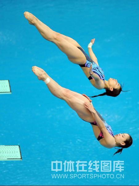 图文:女子双人三米板郭/吴卫冕 正在入水
