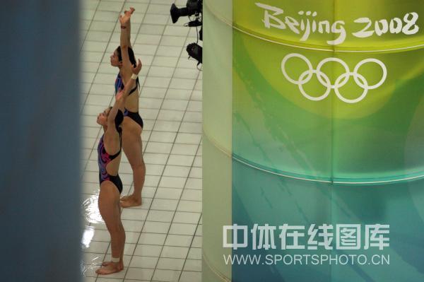 图文:女子双人三米板郭/吴卫冕 赛前准备