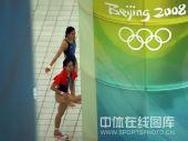 图文:女子双人三米板郭/吴卫冕 赛前热身