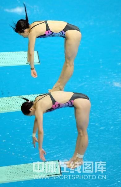 图文:女子双人三米板郭/吴卫冕 起跳瞬间