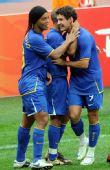 图文:巴西VS新西兰 罗纳尔迪尼奥庆祝