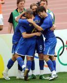 图文:巴西VS新西兰 激动拥抱