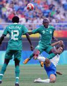 图文:尼日利亚VS日本 拼抢激烈