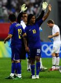 图文:巴西5-0新西兰 向观众致意