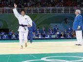 图文:冼东妹夺女子52公斤级柔道金牌 挥手致意