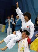 图文:冼东妹夺女子52公斤级柔道金牌 欢庆胜利