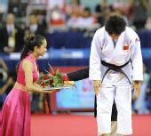 图文:冼东妹卫冕52公斤级冠军 老将登上领奖台
