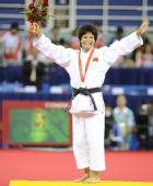 图文:冼东妹卫冕52公斤级冠军 挥动双臂谢观众