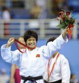 图文:冼东妹卫冕52公斤级冠军 微笑致谢观众
