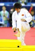 图文:冼东妹卫冕52公斤级冠军 走上领奖台