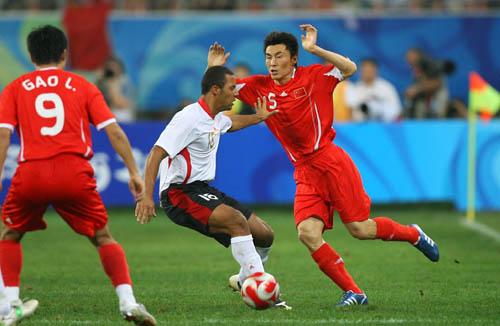 图文:[奥运会]中国国奥VS比利时 双人夹防