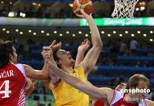 8月10日晚,北京奥运会男子篮球克罗地亚队队与澳大利亚队之战在五棵松篮球馆举行,在NBA雄鹿队效力的澳大利亚中锋被强悍的克罗地亚人防守得无所作为,克罗地亚以97比82击败澳大利亚队。 中新社发 任晨鸣 摄