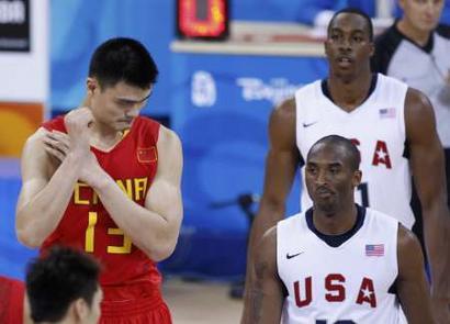 图文:中国男篮vs梦八 姚明与科比上场