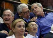 图文:中国男篮vs梦八 布什父子在看比赛