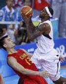 图文:中国男篮vs梦八 詹姆斯强行上篮