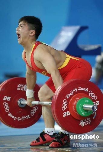 8月10日,18岁的中国小将龙清泉在北京奥运会男子56公斤级举重比赛中,以总成绩292公斤夺得冠军。 中新社发 武仲林 摄