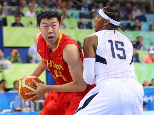 图文:中国男篮vs梦八 王治郅单打安东尼