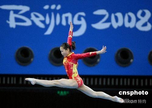 8月10日上午,北京奥运会女子体操团体资格赛在北京奥林匹克公园内的国家体育馆举行,由世界冠军程菲领衔的中国队由平衡木比赛开始向团体冠军冲击。 中新社发 任晨鸣 摄
